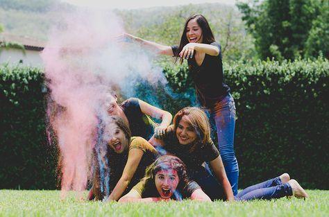 Fotografia de amigas con polvos holi