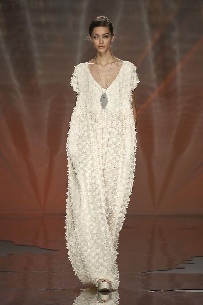 Vestidos de pasarela para novias no convencionales. Ailanto. Vestido de corte amplio con manga corta, cuello en pico y tejido de margaritas en color blanco roto.