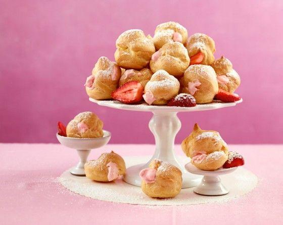 Zum Vernaschen: Sie nennen sich Windbeutel oder, vornehm französisch, Profiteroles. In jedem Fall umhüllt Brandteig zitrusfrische Erdbeersahne. Einer geht noch!