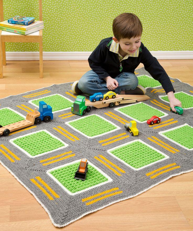 ¡Esta manta tejida a gancho le da a los niños una divertida forma de disfrutar la carretera! Los carriles de estos caminos están diseñados para que los camiones, carritos y otros vehículos de...