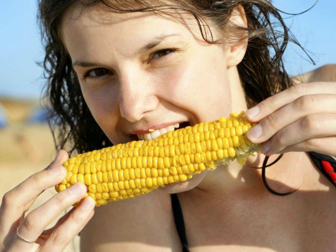 Todos los mexicanos deberíamos saber que el maíz es la base de nuestra civilización. Así como el trigo lo es para los europeos, o el arroz para los asiáticos, el eje central de la cultura mesoamericana corresponde al maíz y, nada menos, que desde hace 8 mil 500 años. Hoy, es el cereal más cultivado en el planeta.  Fue uno de los primeros alimentos en adoptar ciudadanía europea en cuanto Cristóbal Colón lo llevó a España en sus primeros viajes. Actualmente, sabemos que la gran adaptación de…