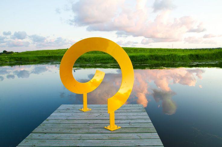 Foto van metalen kunstwerk van Sjoerd Jansons bij vijver
