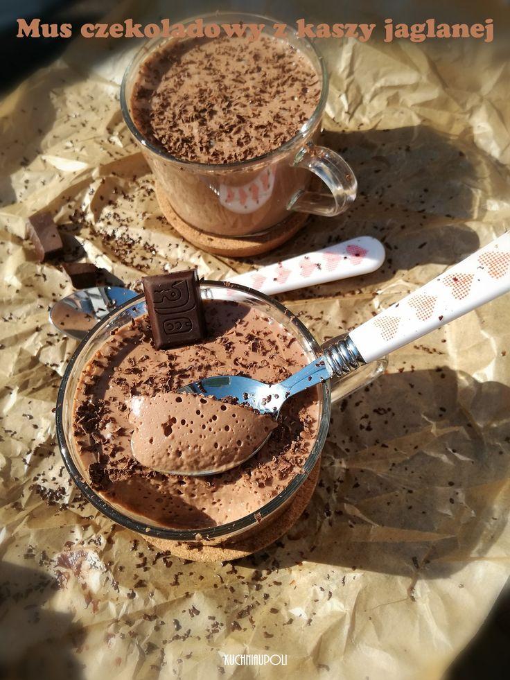Mus czekoladowy z kaszy jaglanej Delikatny i lekki mus czekoladowy o lżejszej konsystencji i mniej słodki, niż proponowany ostatnio klik. Wspaniała alternatywa dla czekoladowego deseru tradycyjnie przygotowanego na bazie bitej śmietany. Składniki na 1-1,2 l musu kasza jaglana 100 g mleko bez laktozy, krowie, roślinne 350 ml jogurt naturalny Zott 180 g dobrej jakości gorzka …