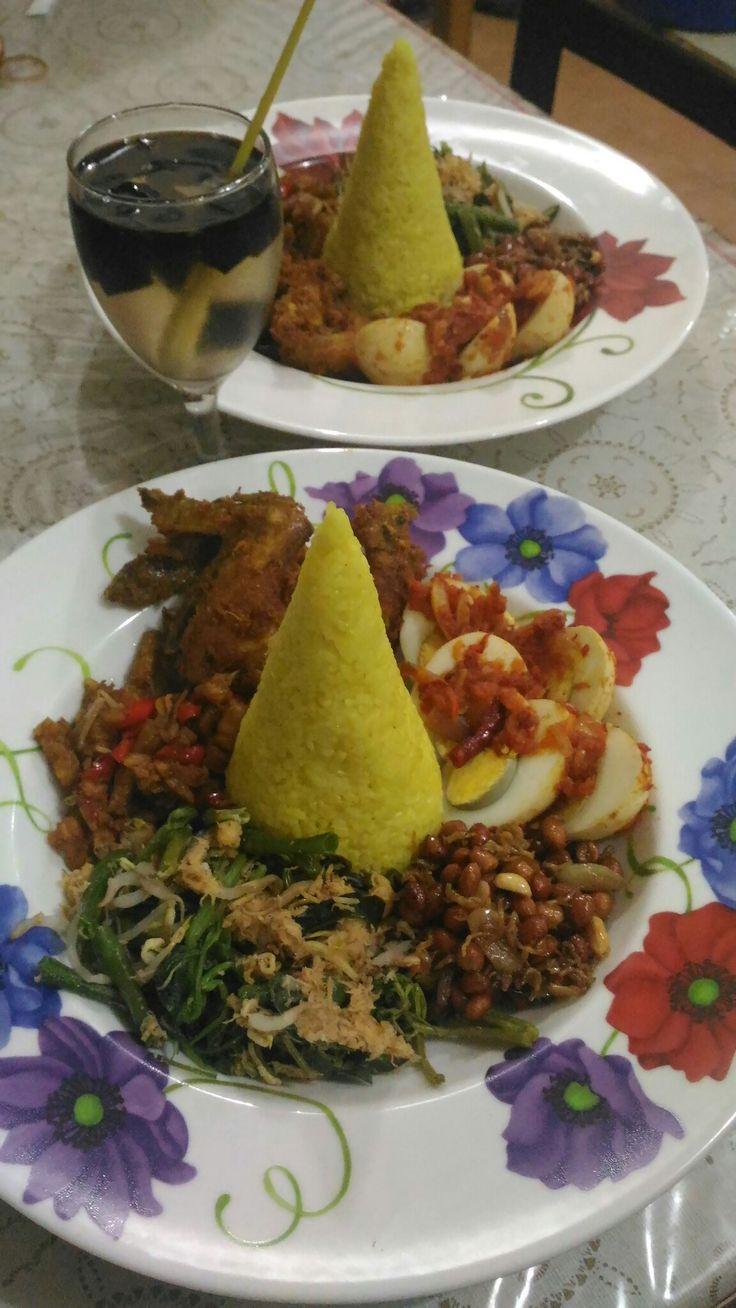 Tumpeng Nasi Kuning komplit