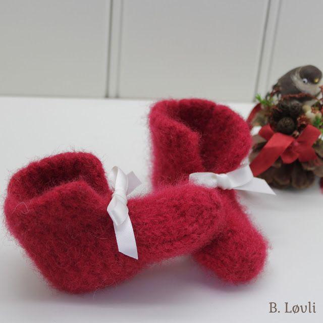 Babytøfler strikket i julerød farge med hvit sløyfe. Disse er strikket i fritidsgarnet og pyntet med sløyfe i polyester. Størrelsen på di...