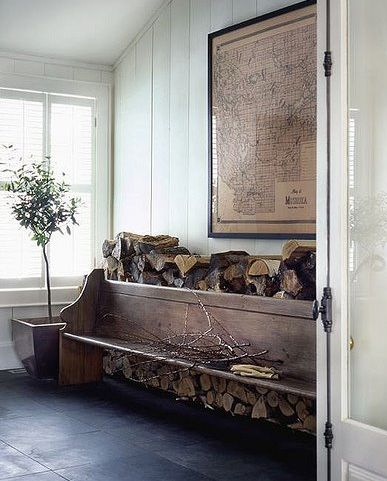 Stoere hal in landelijke stijl met antiek bankje met oude landkaart erboven.