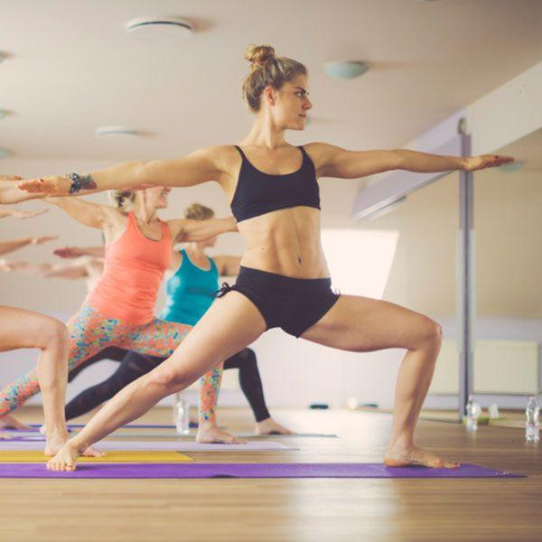 Miniroutine matinale de yoga / Pourquoi ne pas commencer la journée en beauté avec une miniroutine de yoga? Simple et facile, elle permet de s'étirer de la tête aux pieds, d'augmenter notre énergie et de mettre en route notre système digestif!