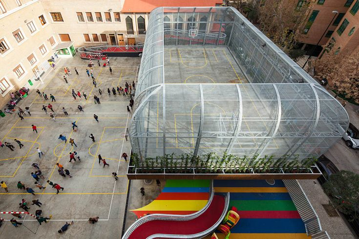 Elevated sports court by J1 arquitectos. Zaragoza, Aragón, Spain.
