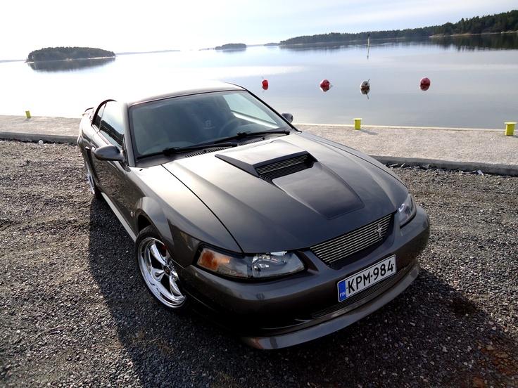 Ammattilaisen työtä. Matias Friman on maalannut Tony Lindbergille komean Ford Mustangin.