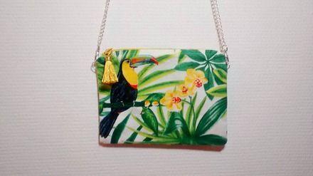 Jolie pochette avec chaîne Tropical en bachette  Elle est doublée d'un coton…