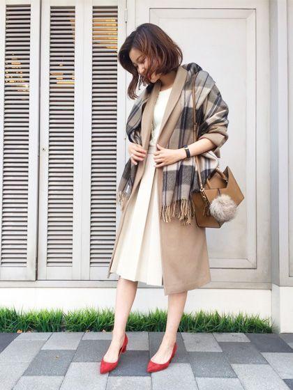 フロントプリーツスカートでオンスタイル 合わせるものでかなり印象が変わり、着回せるスカート。 深めなボックスプリーツが縦のラインを強調してすっきり見えます。 通年いける生地を選ぶ人が多い中、冬ならではの素材のスカートを着用すると言う事自体、ファッションを楽しんでいるな、と感じます! オンはアイボリーのトーンでつなげることで洗練された雰囲気に。 キャメルを添えた柔らかいトーンで上品にまとめています。