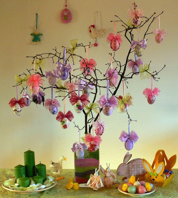 Meno famoso dell'albero di Natale, quello di Pasqua non è altro che una serie di rami piuttosto lunghi di nocciolo, di pesco, di mandorlo in fiore o di ulivo sistemati in un vaso ai quali poter appendere tanti decori Pasquali come uova decorate, farfalle, uccellini etc.