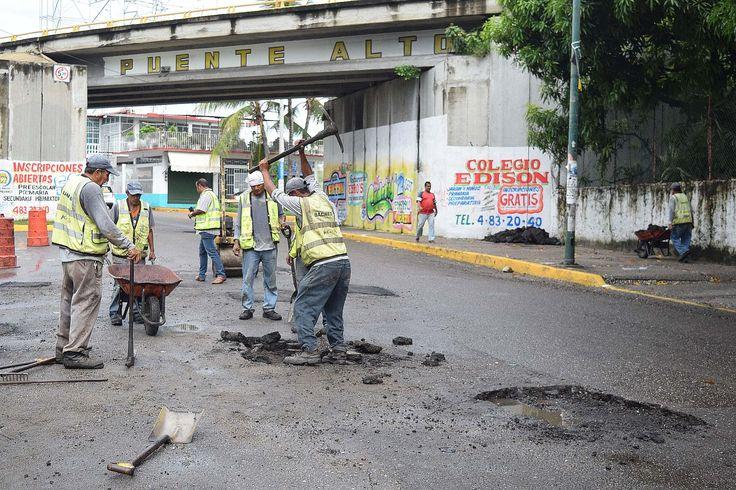 ] ACAPULCO, Gro. * 30 de agosto de 2017. Gobierno de Acapulco Con el aumento a 6 cuadrillas el gobierno municipal de Acapulco a través del departamento de Rehabilitación y Bacheo, inicia jornadas intensas de reparación de las vías primarias de la ciudad, trabajos que se incrementan durante la...