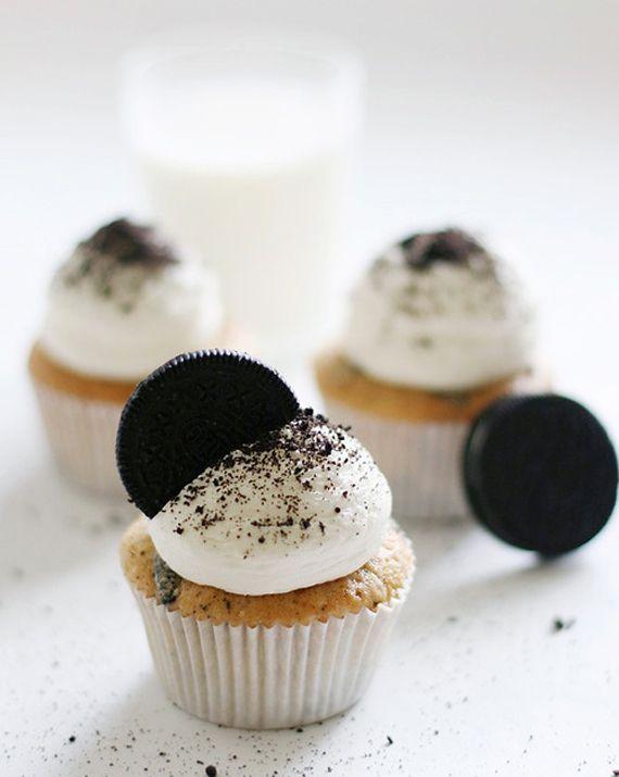 Recette cupcakes anniversaire : le cupcake Oréo ! À deguster entre copains accompagné forcement d'un grand verre de lait. Cette recette de cupcakes est facile à réaliser et c'est une bonne idee de gâteau d'anniversaire original. Yummy !