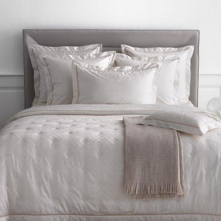 parure de lit stella par yves delorme son satin de coton blanc d 39 hiver accompagne. Black Bedroom Furniture Sets. Home Design Ideas