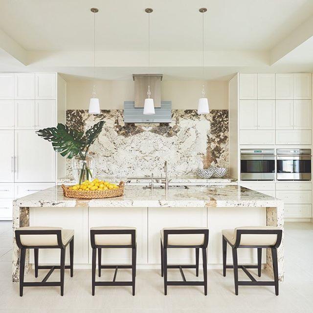 Veined Brazilian granite creates a bright, natural backdrop in this #Silverleaf kitchen #LuxeAZ Jan/Feb Architecture: Scott Carson / @phxarch  Builder: @arguecustomhomes  Photo: @dominiquevorillon  @sandow • • • #instaluxe #luxuryinteriors #luxurykitchens #kitchendesign #granite #azdesign #silverleaf #eyeondesign