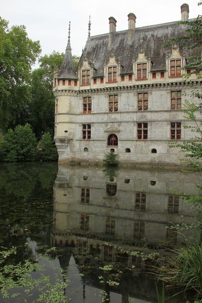 marjoleinhoekendijk:  daughterofchaos:  Château d'Azay-le-Rideau by Cristian Bortes on Flickr  ☽♡☾ Pagan, Viking, Nature and Tolkien things ☽♡☾