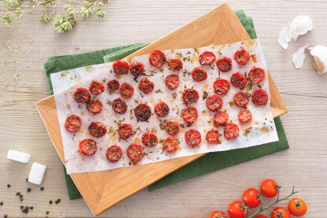 I pomodorini confit sono dei deliziosi e saporiti pomodorini caramellati che vengono cosparsi di zucchero e aromi e cotti a lungo in forno.