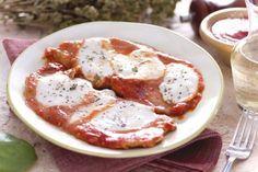 Le scaloppine di vitello alla pizzaiola nascono dall'incontro di due saporiti secondi piatti: la carne pizzaiola e le scaloppine di vitello.