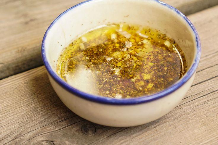 Vinaigrette grecque des Épices de cru  Ne limitez pas l'utilisation de cette vinaigrette à la classique salade grecque! Elle est délicieuses sur une simple salade de concombres ou sur des poivrons grillés.
