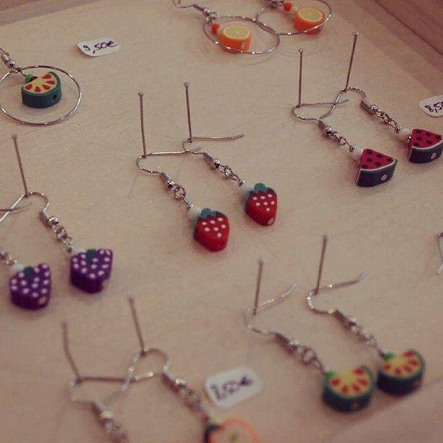 """Des boucles d'oreilles colorées et originales avec nos perles fimo """"fruits""""! #lecomptoiraperles #bouclesd'oreilles #faitmain #création #bijoux #couleurs #été #handmade #handmadejewelry #fruits #jewelry #earrings #creation #création"""