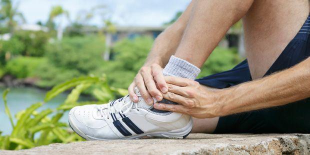 Autsch! Es ist so schnell passiert: Wir fallen irgendwo herunter, stolpern, knicken um. Ein Bänderriss ist eine typische Verletzung bei Sportlern.