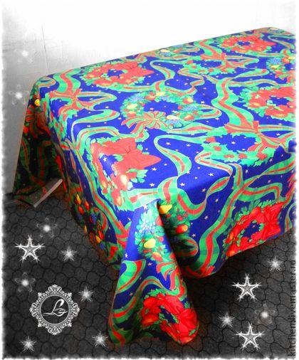 Скатерть Праздничные веночки. Скатерть ' Праздничные веночки' весёлая и праздничная.      Эта скатерть непременно украсит Ваш стол этой зимой, на Новый год и Рождество!    Каждое изделие упаковано в подарочный экологичный конвертик.