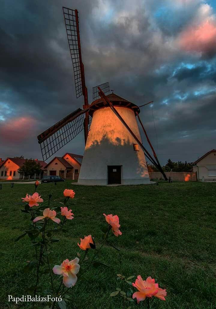 Alkonyi hangulat a dorozsmai szélmalomnál. Fotó: Papdi Balázs. Köszönöm, hogy megosztásoddal támogatod az oldalt https://www.facebook.com/magyaralfold/