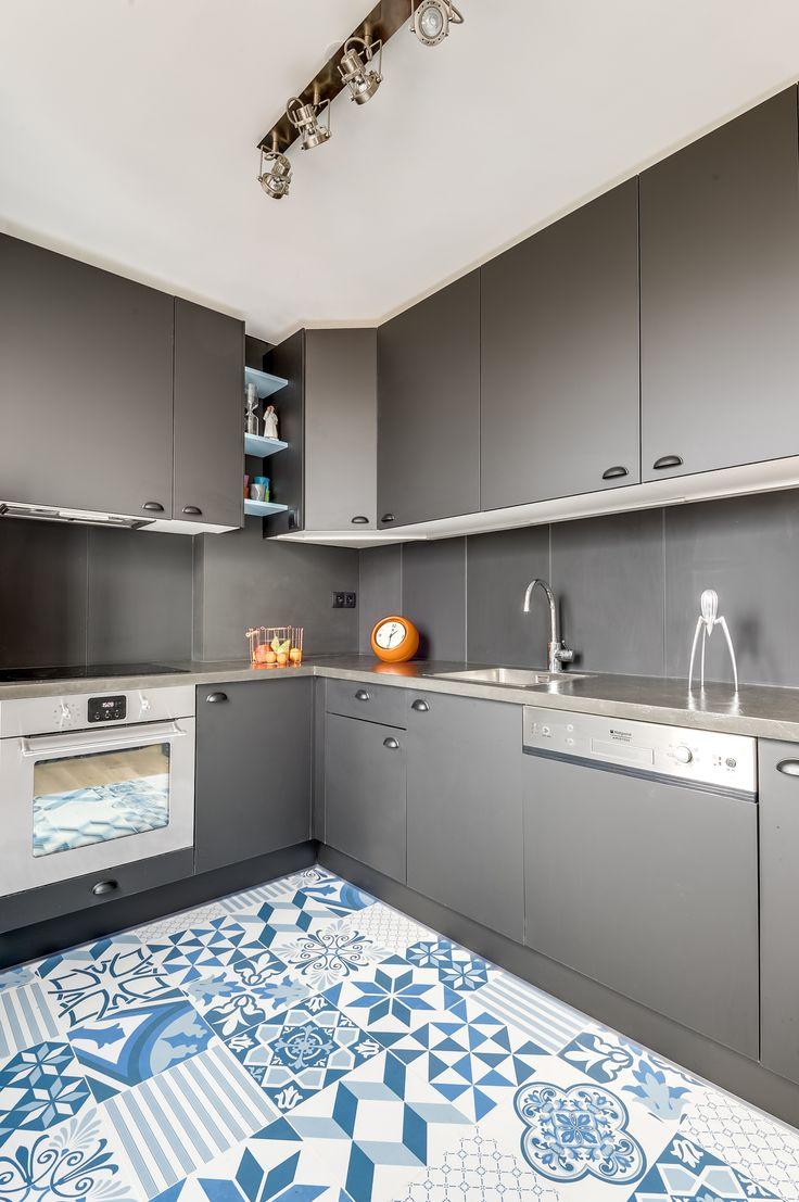 Cuisine grise et carreaux de ciment bleus et blancs pour un jeune couple à Asnières-sur-Seine, totalement rénovée par l'agence d'architecture Transition Interior Design