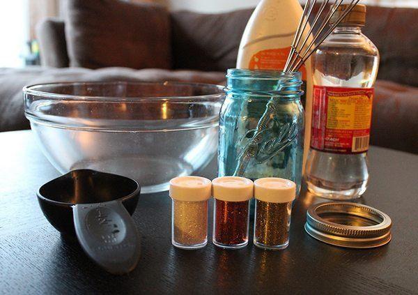 Itens:  1 pote de vidro com tampa/ 1-2 colheres de sopa de cola glitter /3-4 colheres de chá de purpurina/1 gota de corante alimentar /Água quente. Como fazer:Despejar no vidro a água quente e a cola glitter. Deixar um espaço vazio na parte superior do vidro, para a criança agitar o seu conteúdo.  Mexa bastante para que o glitter da cola se desmanche na água. Adicione a purpurina e misture novamente. Adicione uma gota de corante alimentar e feche bem a tampa do pote.