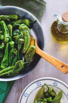 Approfittate dell'estate per assaporare i friggitelli in padella, una varietà di peperoni detti anche friarielli... provateli nella loro semplicità come contorno ai vostri piatti! (Fried Friggitelli peppers)