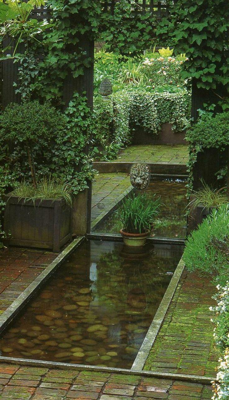 Gartenteich im Innenhof Efeu Kletterpflanzen Steine