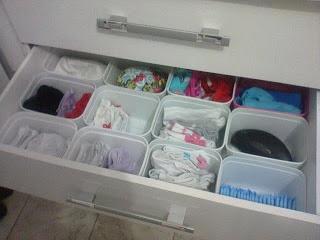 Organizando a gaveta com potes de sorvete