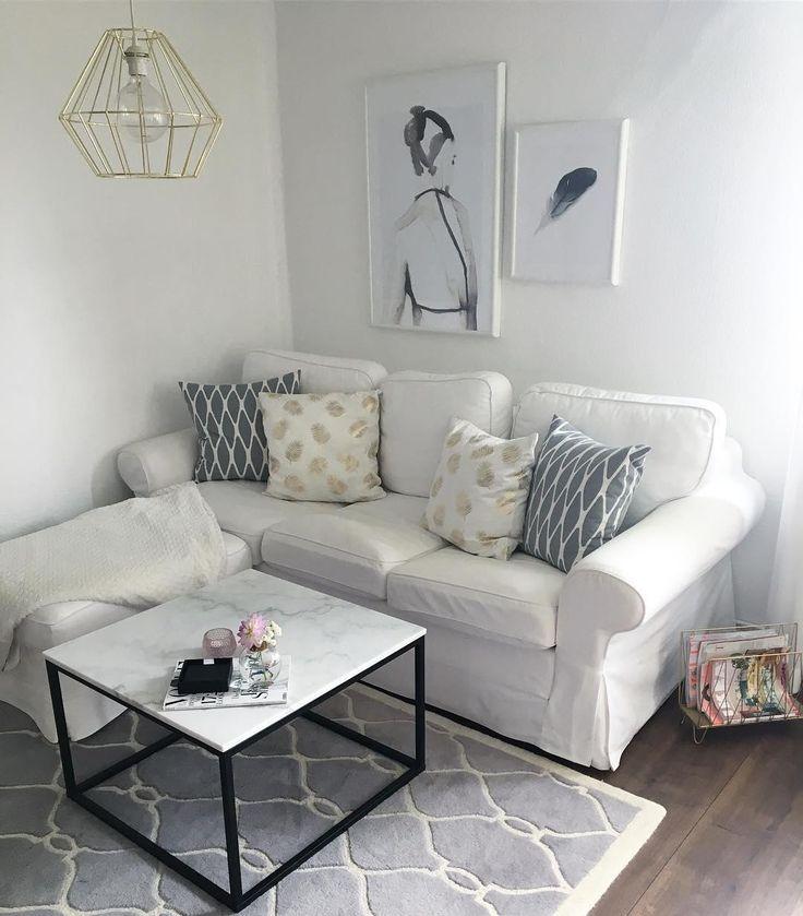 ♥️Wir lieben Marmor♥️ Der Beistelltisch Luke rundet den modernen Look dieses Wohnzimmers perfekt ab. Die Tischplatte aus hochwertigem Marmor bietet genug Platz für Bücher, Snacks oder dekorative Accessoires. Die schwarzen Tischbeine mit Rahmen verleihen ein edles Finish. // Marbel Weiss White Gold Leuchte Gallery Wall Kissen Sofa Grau Grey Teppich