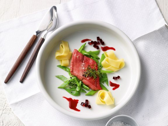 Grün-roter Wels ist ein Rezept mit frischen Zutaten aus der Kategorie Süßwasserfisch. Probieren Sie dieses und weitere Rezepte von EAT SMARTER!