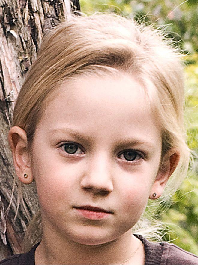Když jsme se s Emou seznámili, byla malou, nejistou holčinou, která téměř nikomu nedůvěřovala. Díky Liškovým z ní vyrostla sebevědomá slečna, jež si od nikoho nenechá nic líbit. Podívejte se v naší fotogalerii, jak se za těch devět let, co ji znáte, změnila.