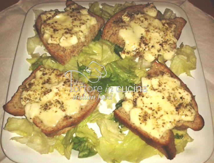 Pane farcito con mozzarella e origano La ricetta qui: http://www.duetortoreincucina.com/it/recipes/second-course-primi-piatti/italiano-pane-farcito-con-mozzarella-e-origano-2/