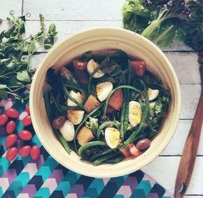 Salada Niçoise fresquinha e light! Juntou alface + azeitonas + ovos cozidos + vagens + tomates + atum e tcharãm!