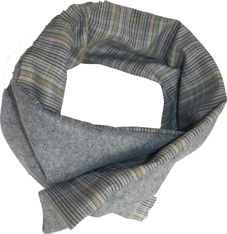 Bufanda-cuello en paño y tela  con broche de presión.  Color ceniza