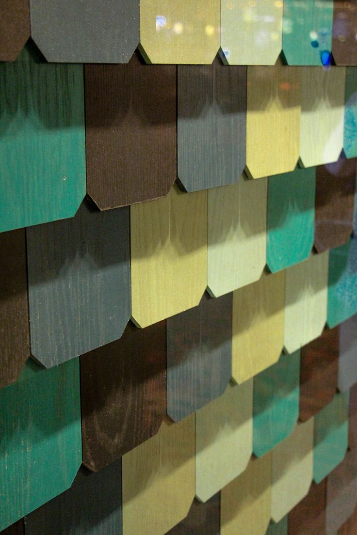Faux wood scales dressing the wall with the same palette of colours of the restaurant.