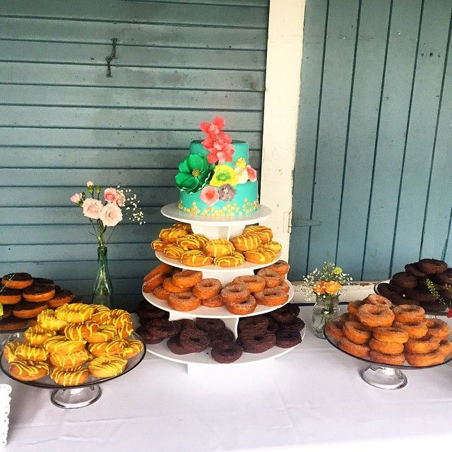 Special wedding cake and donut delivery to Ward Island today! Yup, you heard it here first, Simply Sweets by Susy makes delicious homemade donuts. Glad all 400 donuts and the wedding cake made it across Lake Ontario this evening! Congratulations to the bride and groom and a special thank you to @event_wise #islandwedding #weddingcake #weddingdessert #gormetdonuts #wardisland #simplysweetsbysusy #rusticwedding