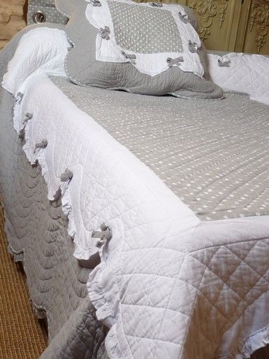 Diaporama des dessus de lit boutis pour lit deux personnes avec deux taies assorties.