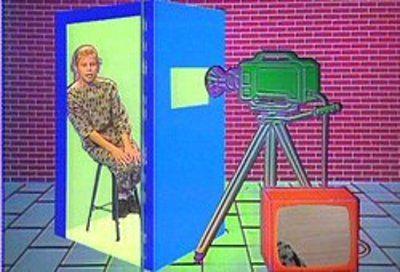 """Achterwerk in de Kast.  Er staat in een stille ruimte een grote poppenkast met een filmcamera (op statief)ervoor. Je kunt alleen of met een tweetal afscheid nemen d.m.v.  een lied een leuke herinnering een toekomstvoorspelling etc. Het is leuk om de kast te versieren met platen/foto""""s. Als afscheid krijgt de leerkracht dan een leuke persoonlijke videoband. De lol om iets in de kast voor te dragen was erg leuk onderling. Kinderen kunnen ook nog iets in de poppenkast vertellen."""