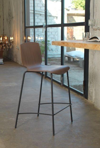 Sgabello Scott metallo e legno basso Friulsedie - La strutture è in metallo, poggiapiedi in metallo satinato e schienale e seduta in legno multistrato.