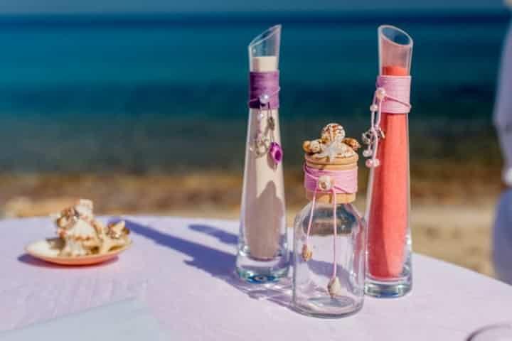 As cerimónias simbólicas são cada vez mais usadas e a da areia é uma das mais populares. Se estás a pensar introduzi-la no teu casamento, explicamos-te como o poderás fazer.