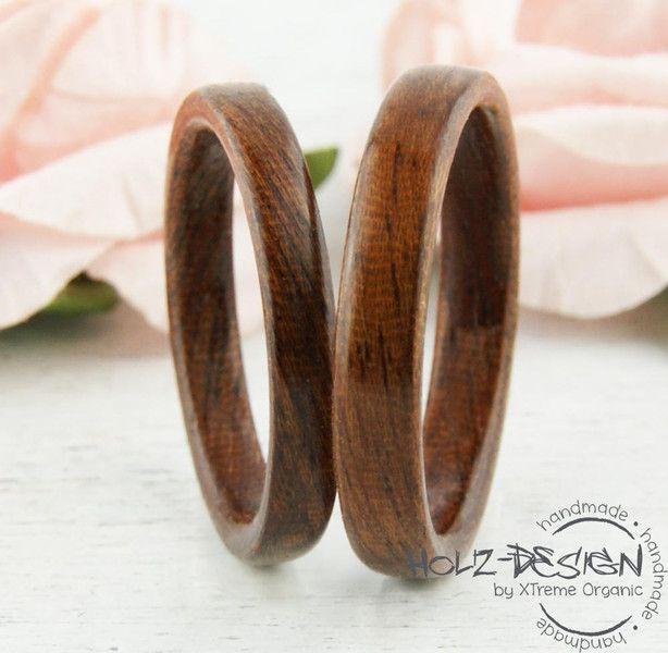 ~*~*~*~*~*~*~*~*~ BESCHREIBUNG ~*~*~*~*~*~*~*~*~ Zwei handgefertigte Bentwood Ringe aus edlem Ged. Mahagoni Holz. Diese Holz Ringe eignen sich durch ihre Langlebigkeit perfekt als Eheringe,...