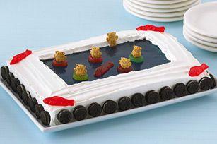 Ce gâteau fera fureur dans les fêtes d'enfants! Glaçage mousseux, biscuits décoratifs et bonbons colorés. Que la fête commence!