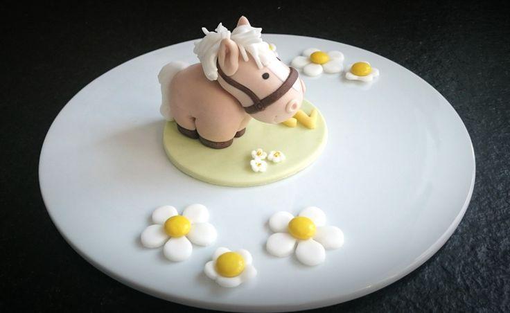"""Ein Pferd – """"Wiiieh""""- für die Torte meines Patenkindes. Ja und was passt da besser als ein kleines dickes Pummelpony. Diesmal kein Kuchen, nur eine Figur mit ein paar Smartiesblum…"""
