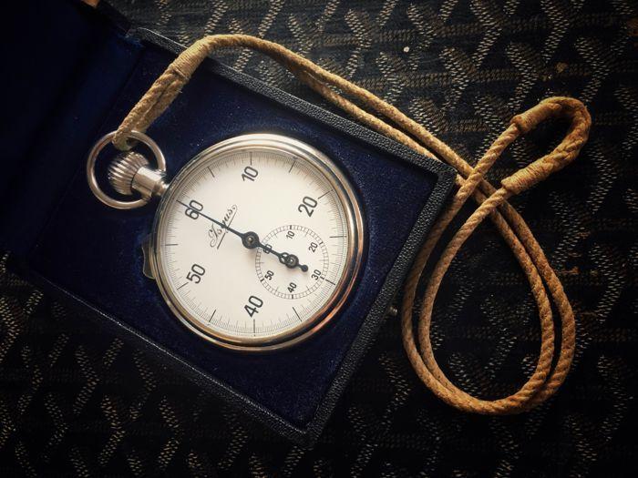 Isgus (J. Schlenker-Grusen) - stopwatch - ca. 1930  Is deze zeldzame aloude ISGUS stopwatch gemaakt in Duitsland ca. jaren 1930 op de veiling. Het heeft een 1/5-tweede beweging met dia zijknoop voor aanvullende metingen. De afgedrukte wijzerplaat heeft een zwarte 60 tweede schaal. De kleine teller omlaag maakt metingen maximaal 60 minuten mogelijk. Winding start - stop - opnieuw ingesteld met behulp van de kroon. En het tellen kan worden onderbroken met de schuif aan de kant. De behuizing is…