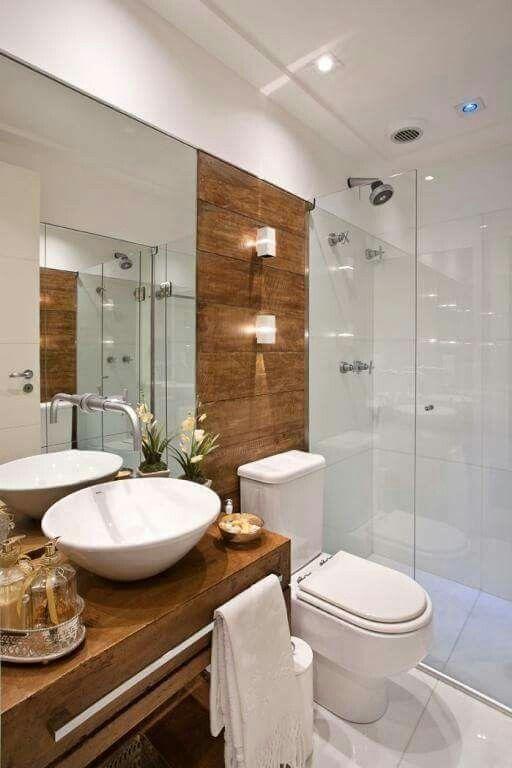 Baño blanco y madera